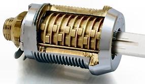 Un candado de cilindro de alta seguridad.  Vienen con todas las unidades